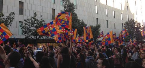 El Barça ha celebrat la lliga en rua, envoltat de nens i famílies