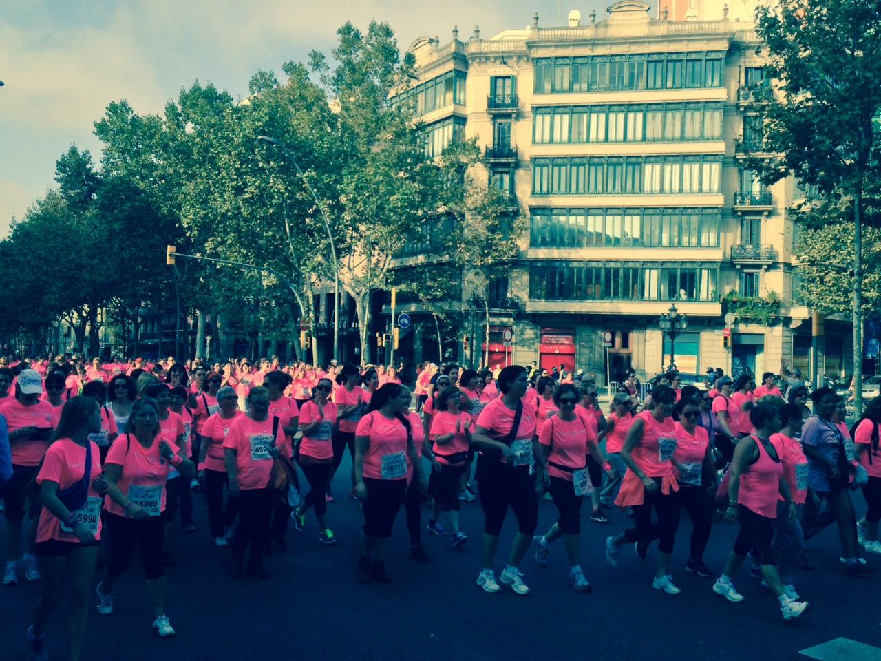 La Cursa de la Dona 2014 ha despertat amb fúcsia Barcelona
