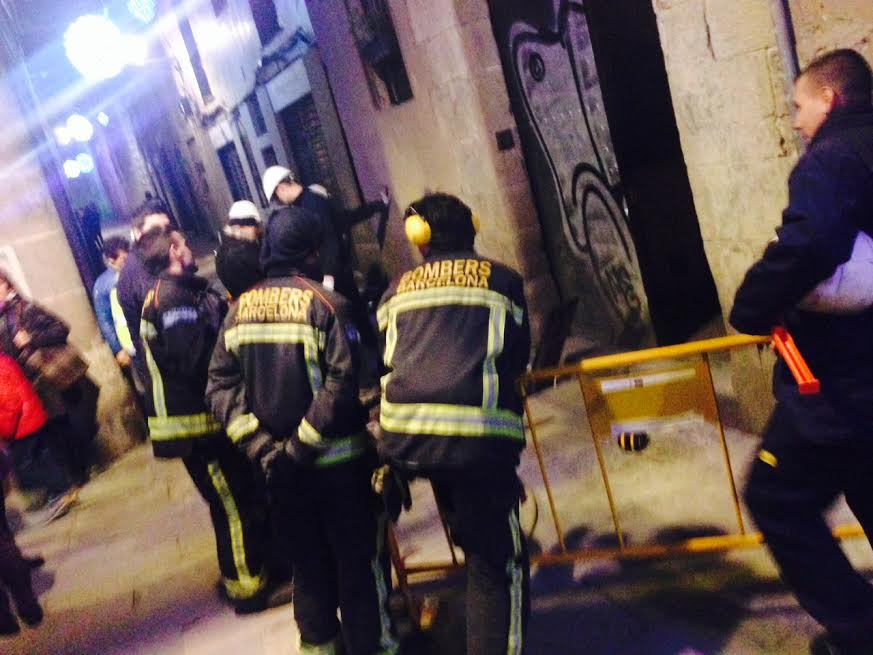 Bombers i Gas Natural resolen una fuita al carrer de Sant Sever