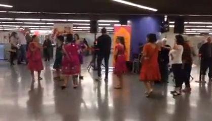 Hàpening del film 'Rastres de sàndal' al metro de Barcelona
